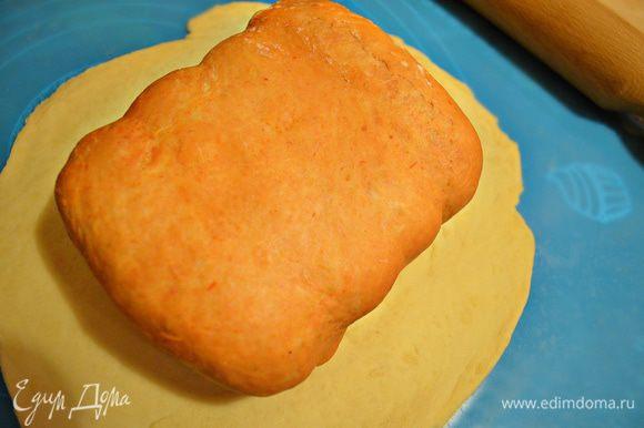 Оставшееся белое тесто раскатываем и выкладываем в него сформированное томатное, защипываем края.