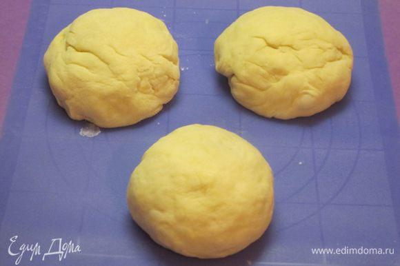 Разделить тесто на 3 части, скатать шарики. Накрыть пленкой и оставить на 15 минут.