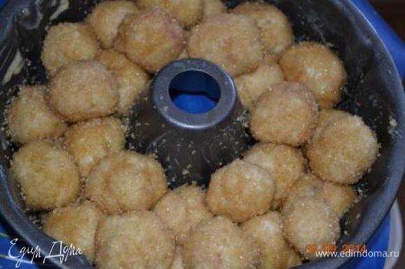 Таким образом заполнить всю форму, укладывая шарики в шахматном порядке друг на друга. Дать будущему хлебу постоять 30-40 минут в теплом месте. Оно еще хорошо поднимется. Духовку разогреваем до 180 С. Выпекать хлеб 40 минут. если верх будет подгорать, накройте фольгой.