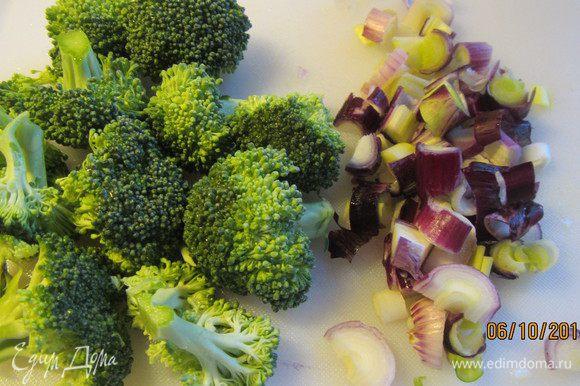 Брокколи разбираем на небольшие соцветия и бланшируем их в кипящей соленой воде минуты 3. Можно ее ближе к концу приготовления пасты добавить в кастрюлю. Сливаем воду.