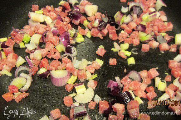Лук шалот мелко рубим. Панчетту режем кубиками (часто она уже в таком виде и продается). В рецепте их так и добавляют в гратен. Я же решила лук и панчетту немного обжарить на небольшом количестве оливкового масла.