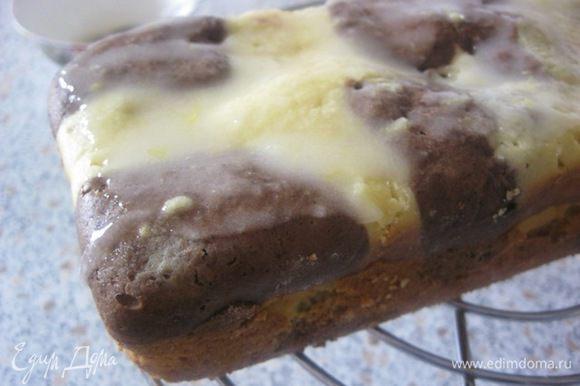 Смазать глазурью остывший кекс.