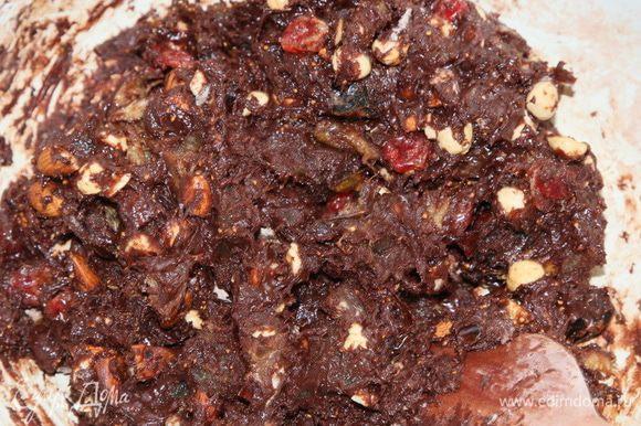 И тщательно вымешиваем. Получаем очень густую шоколадно- ореховую массу.