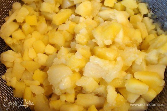 Очищенный картофель, порезать и отварить. Скинуть на друшлаг, остудить.