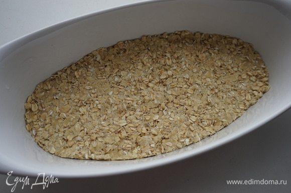 Разделить смесь на 2 части. 2/3 смеси уложить в форму и разровнять ложкой.