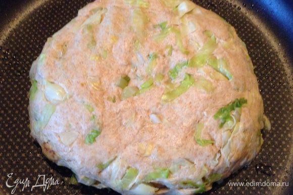 Обмять тесто и переложить в форму, смазанную оливковым маслом, накрыть и оставить на 20-30 минут.