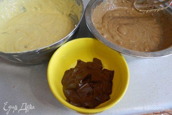 Бананы добавить в тесто. Тесто разделить на две часть, в одну часть добавить какао. Шоколад растопить в микроволновке.