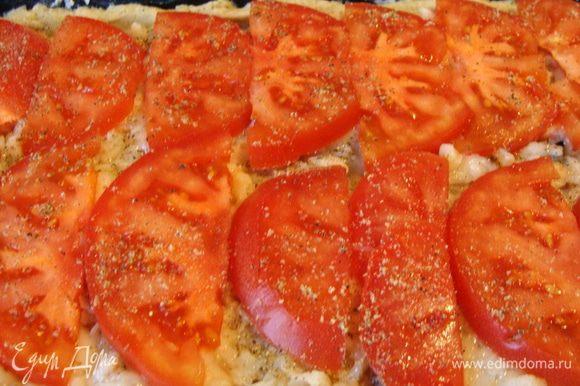 Сладкий, спелый, ароматный помидор порезать дольками и положить поверх рыбы. Поперчить смесью перцев из мельнички. Поставить в разогретую до 200* духовку на 20 минут.