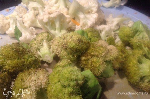 Цветную капусту и брокколи разберите на соцветия. Чеснок почистите и мелко порубите.