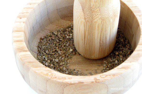 Зиру, кориандр, перец горошком растереть в ступке не слишком мелко.