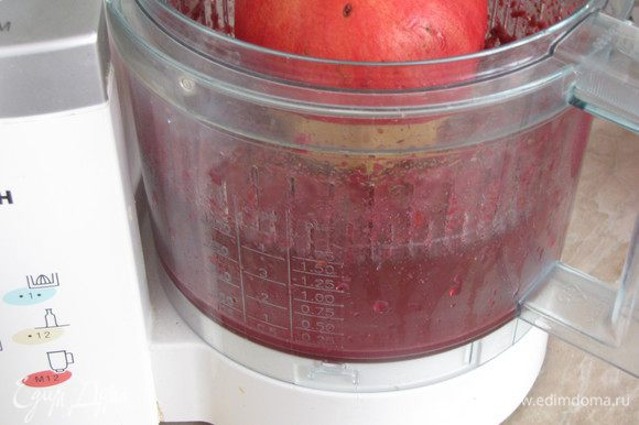 Отжать сок из граната. Это можно сделать разными способами. Я выбрала самый простой - прокрутила половинку граната на соковыжималке для цитрусовых. Сока одного граната мне хватило, чтобы замариновать 4 порции мяса.