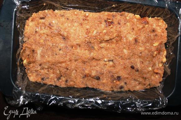 Осталось только сформировать тортик. Можно просто выложить массу на подставку и руками придать форму. Но я обычно использую форму для хлеба, застеленную пищевой пленкой.