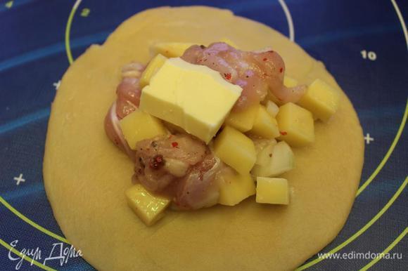 Большой шарик раскатать, в центр разместить начинку (2-3 ст.ложки) и кусочек сливочного масла (1 ч.л.)