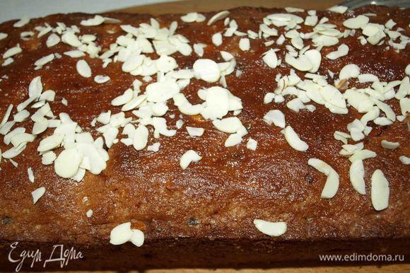 Смазать кекс и посыпать лепестками арахиса.