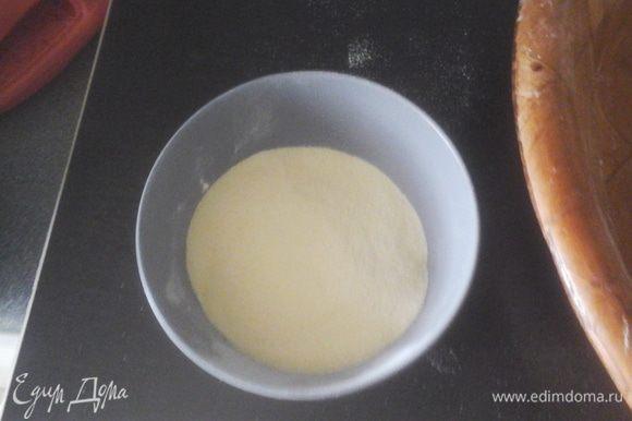 Смешать все сухие ингредиенты в большой миске. Добавить 300 мл ( +/-) тёплой воды и месить тесто около 10 минут пока тесто не станет эластичным.