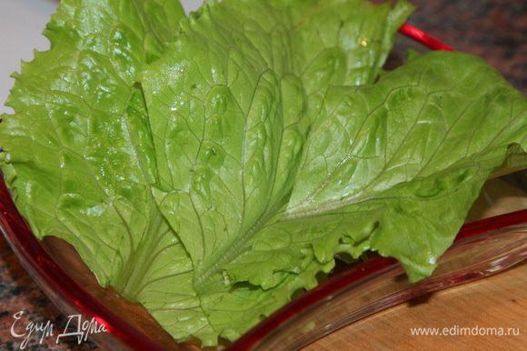 собираем наш салат. В порционный салатник выкладываем слоем листья салата