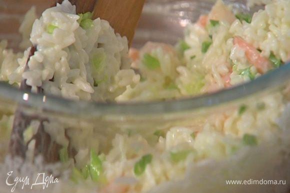 Креветки и зеленый лук добавить к рису, все перемешать.