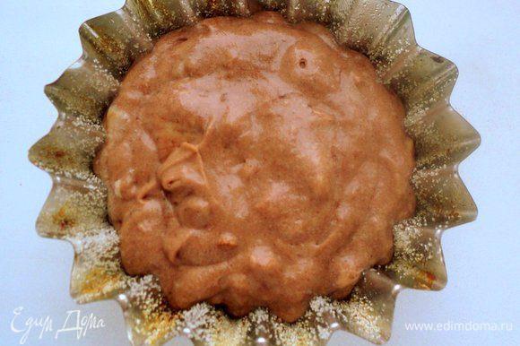 Шоколадным тестом наполнить одну формочку для кекса (у меня Ф-10см). Она нам послужит подставкой для букета «роз».