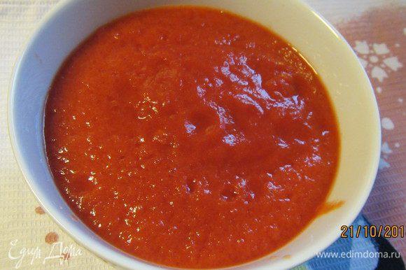 Консервированные томаты измельчаем в блендере до образования однородного соуса.