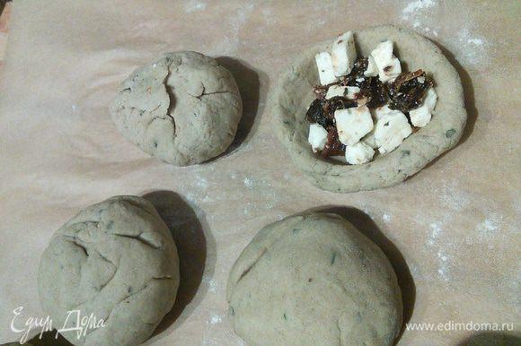 От теста отделите кусочки желаемой величины и скатайте в шарики. Сделайте углубления и выложите начинку, скрепите тесто плотно и выложите хлебушки (не знаю, как их можно ещё назвать))) швами вниз в смазанные маслом формочки.