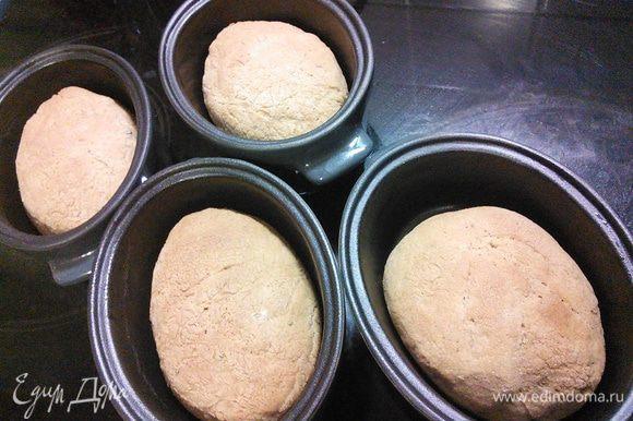 Дайте хлебным коробочкам немного остыть, приготовьте свой любимый салат и угощайтесь!