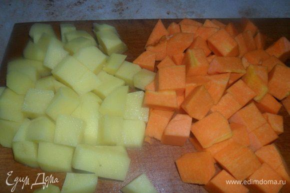 Картофель и тыкву порезать кубиками.