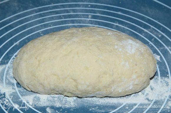Затем, постепенно добавляем остальную муку и вымешиваем. Муку добавляем до тех пор, пока тесто не перестанет липнуть к рукам. Так что вполне может потребоваться больше муки, чем указано в рецептуре. Я не люблю тугое тесто, поэтому просто подсыпаю понемногу муку, чтобы тесто не липло к рукам...