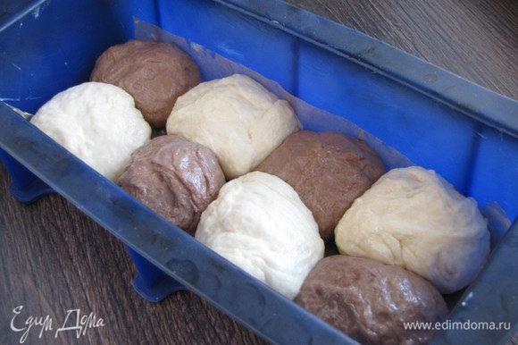 Форму (10х24 см) промазать маслом, на дно положить промасленную пекарскую бумагу. Выложить шарики в шахматном порядке в один слой.