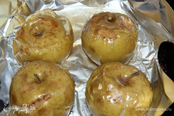 Подготовительные работы: яблоки (у меня семиренко 4 небольших яблока) запекаем в духовке. Затем остужаем до удобного теплого состояния и освобождаем от всего ненужного: чайной ложкой выскребаем пюре. Кожуру и серединку с семечками выбрасываем.