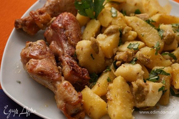 У нас эта картошечка была с куриными ножками с коричневым маслом и мёдом по рецепту от Али (Апрель) http://www.edimdoma.ru/retsepty/53601-kurinye-krylyshki-s-korichnevym-maslom-i-medom. Пряная ароматная, с лимонной кислинкой картошка со сладковатыми кусочками курицы. Интересное сочетание получилось. Вот такая дружба народов в одной тарелке!