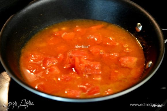 Разогреть оливковое масло обжарить чеснок с тмином и паприкой 1 мин. Добавить 100 мл воды и порезанные кубиками баночные томаты. Довести до кипения, убавить огонь.