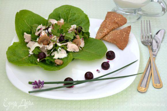 В глубокой миске смешать консервированные шампиньоны (можно использовать свежие, слегка обжаренные или отваренные с солью и приправами для грибов), вишню, куриное филе, сельдерей, эстрагон. На сервировочное блюдо положить листья салата, на них выложить сам салат, посыпать кунжутом, полить соусом. Приятного аппетита!