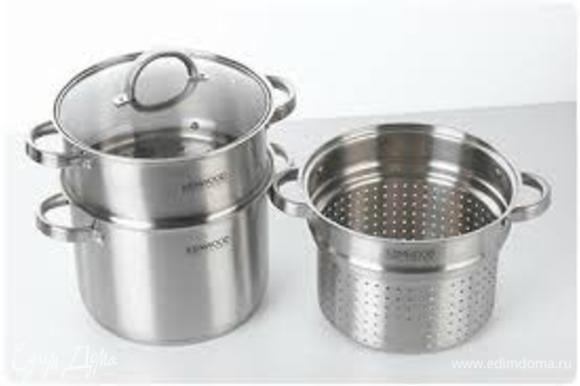 В нижней части кастрюли разогреть масло, добавить мясо, специи, лук и помешивать эту смесь, пока она не станет золотистого цвета. Залить водой до половины кастрюли.