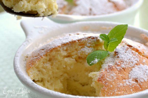 Формы для выпечки смазать сливочным маслом, присыпать мукой. Разложить приготовленное тесто.