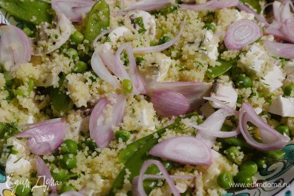 Украсить салат замаринованным луком.