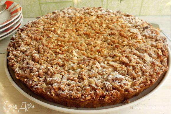 Готовый пирог вынуть аккуратно из формы, остудить на решётке и перенести на блюдо. Через ситечко присыпать его сахарной пудрой ...