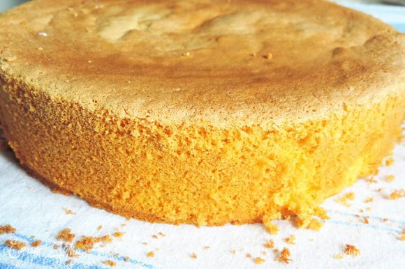 Испечем бисквит по рецепту http://www.edimdoma.ru/retsepty/67407-izumitelnyy-belyy-biskvit. Обратите внимание, что мы используем не 4 яйца, а 3 яйца и 2 желтка, белки от которых используем для приготовления суфле. Форма 23 см.
