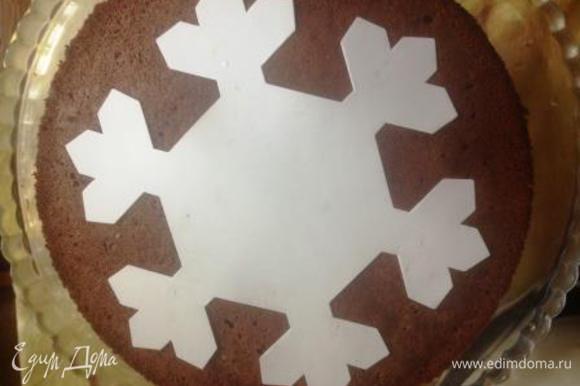 Приготовить глазурь: смешать все ингредиенты и, постоянно помешивая, довести до кипения. Сборка торта: более выпуклый корж (верхушка бисквита) поместить на блюдо, на него выложить весь крем, разровнять, сверху выложить 2-й корж (дно бисквита, чтобы был ровный). На него выкладываем трафарет (можно через поиск в интернете найти желаемую вами картинку, распечатать или просто обвести по экрану монитора и вырезать).