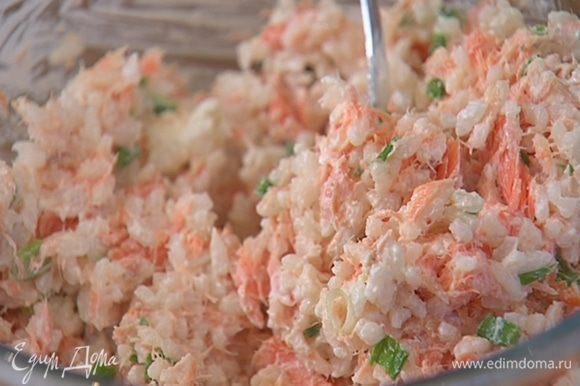 Приготовить начинку: рыбу размять вилкой, добавить измельченный лук, 3–4 ст. ложки вареного риса, сметану, посолить, поперчить и перемешать.