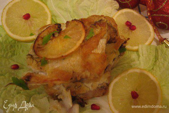 Когда рыбка запечется, разрезаем, выгладываем на тарелочки, украшаем! Приятного аппетита!