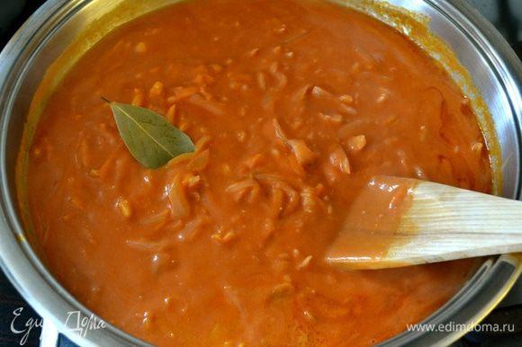 Дать хорошо разойтись и довести соус до кипения. Положить лавровый лист.