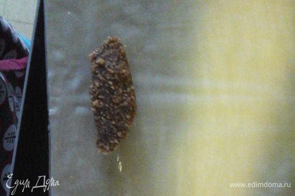 Переходим к сигарам. Берем лист фило отрезаем небольшой квадратик смазываем топленим маслом кладем сардельку из оставшейся начинки и заварачиваем как блинчик . делаем так со всей начинкой . складиваем на протвинь швом вниз випеааем 180* 15 мин.