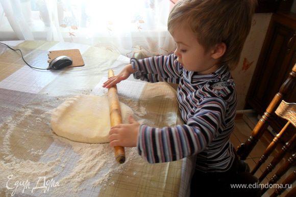 Тщательно присыпаем поверхность мукой и раскатываем тонко тесто, чем больше круг, тем больше будет завитков. Можно раскатать самой, а можно с помощью вот такого кухонного комбайна.