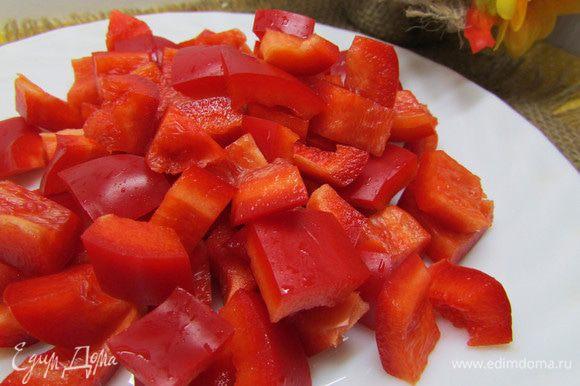 Болгарский перец порезать крупными кубиками.