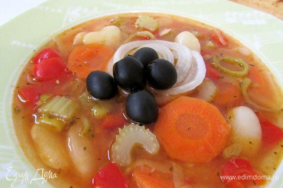 Фасоладу подавать с маринованным луком, свежим хлебом и оливками. Приятного аппетита!