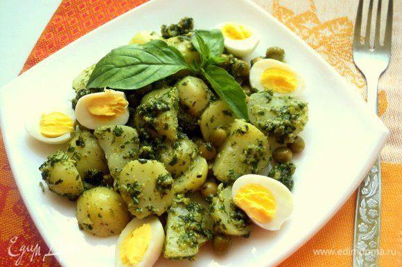 Перепелиные яйца отварить в течении 3 минут, остудить в холодной воде и почистить. Разрезать яйца на половинки и добавить к салату. Салат подавать в теплом виде, украсив зеленью базилика. Приятного аппетита!