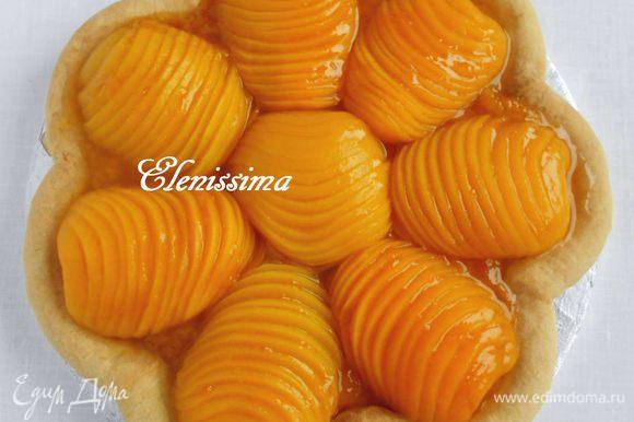 В маленьком сотейнике на среднем огне распустить оставшийся джем, протереть через сито, если он содержит кусочки фруктов, и с помощью кисти нанести на персики. Переложить пирог на сервировочное блюдо.