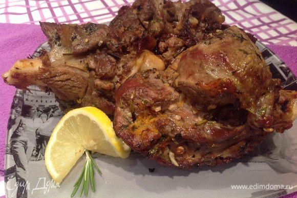 """Достаньте мясо из духовки и дайте ему """"отдохнуть"""" 10 минут, после чего подавайте. Приятного аппетита!!!"""