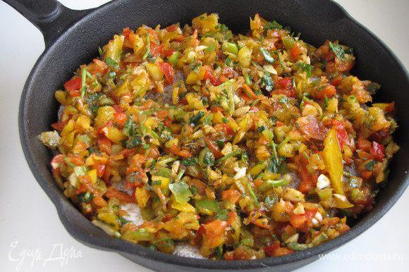 Выложить соус на рыбное филе, поставить сковороду в духовку , разогретую до 200 град. на 25 минут.