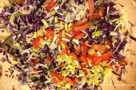 Нашинковать белую капусту, чуть помять с небольшим количеством соли. Лук-порей беру 5 см, мелко режу. Затем зелень. Соединить все ингредиенты.